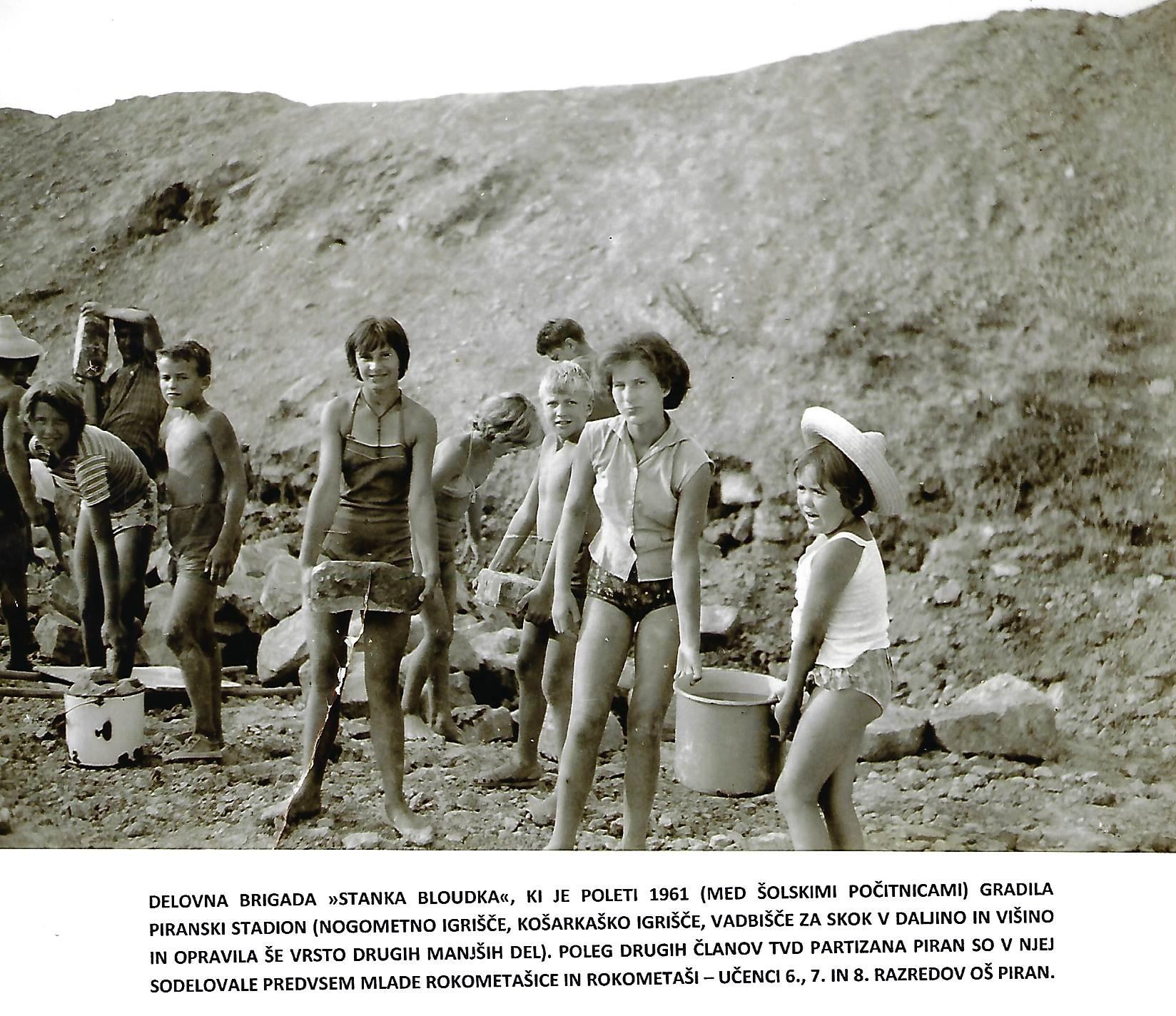 Piran-gradnja-stadiona-1961_delovna-brigada-stanka-bloudka